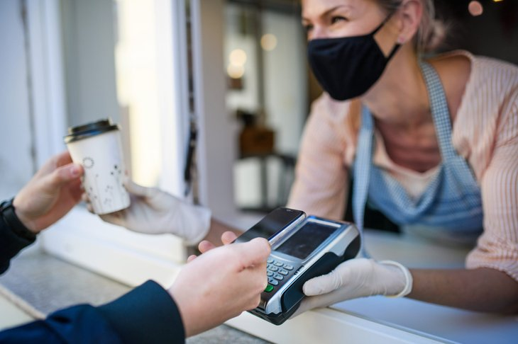Paying for coffee with credit card during the pandemic